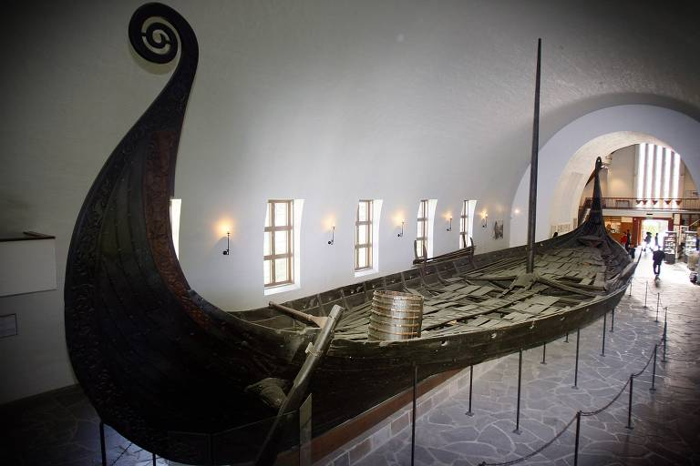 Boat is a viking, of all of them are exhibited in the museum in Oslo is dedicated to the archaeological site where it was found; and the large, wooden boat that retains its shape, with the bow high, doing an arabesque, but it's in a building in white, with a barrel-vaulted ceiling, floor to ceiling windows along its entire length