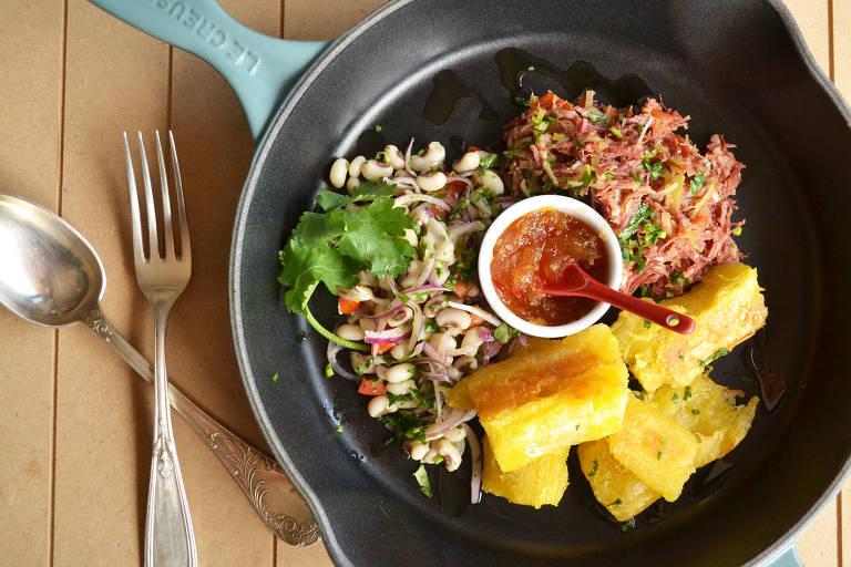 Carne-seca, salada de feijão e mandioca