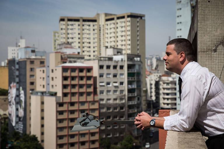 O corretor de imóveis Fabio Oliveira, no prédio que ele trabalha, no centro de São Paulo