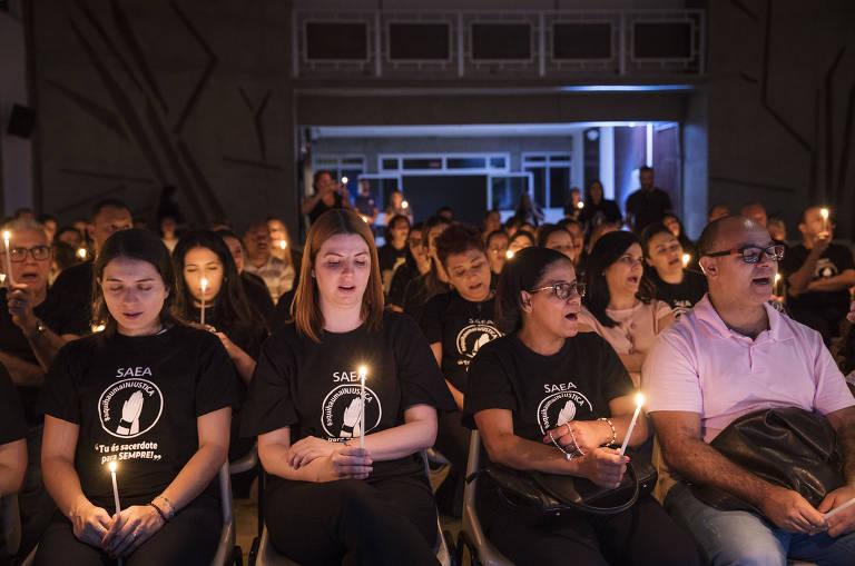 Vigília em defesa dos nove ex-padres vinculados aos colégios Agostiniano Mendel, São José (ambos em São Paulo) e Nossa Senhora Aparecida (Goiânia)