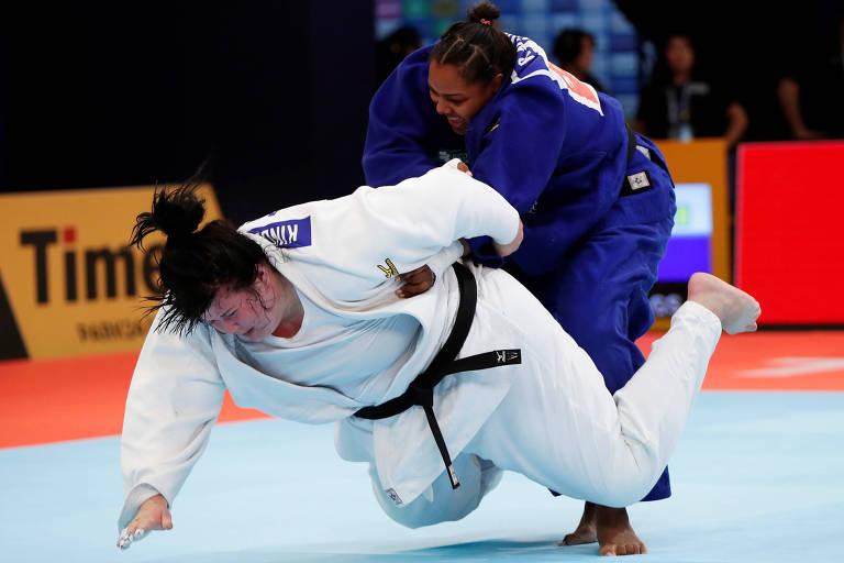 Rochele Nunes (de azul) em ação contra Iryna Kindzerska, do Azerbaijão no Mundial do Japão