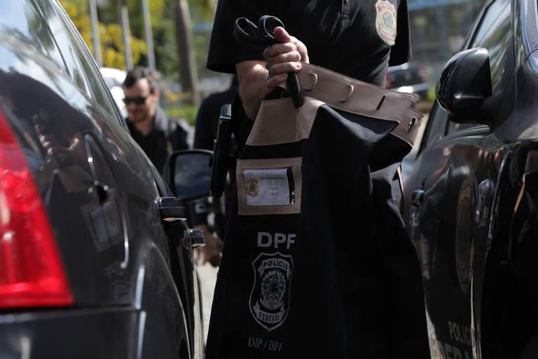 Policial federal carrega malote para a sede da PF de São Paulo durante operação