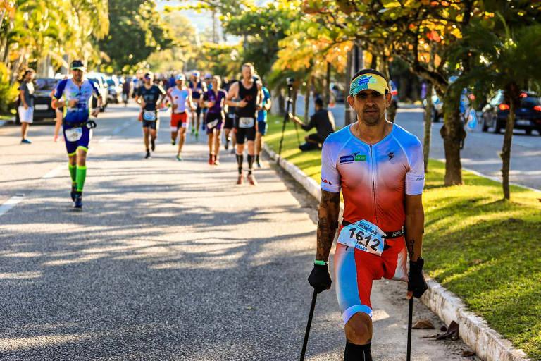 O baiano Fábio Rigueira, 46, teve câncer nos ossos quando criança perdeu a perna esquerda e parte do pulmão direito. Quase 40 anos mais tarde, ele se tornou o primeiro brasileiro a completar de muletas uma prova de Ironman