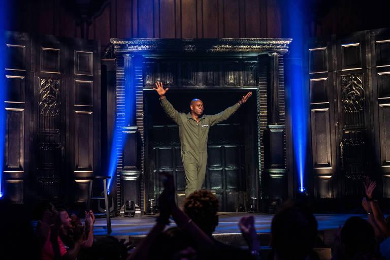homem com macacão verde em palco