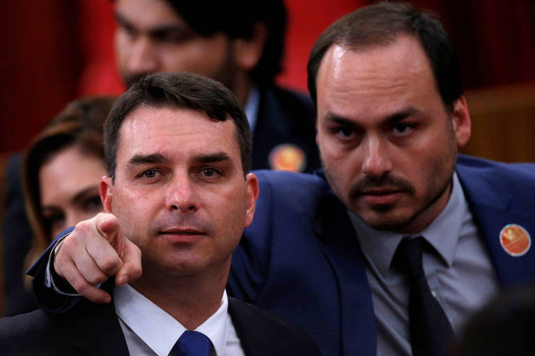 O senador Flávio Bolsonaro e o irmão Carlos Bolsonaro, vereador do Rio