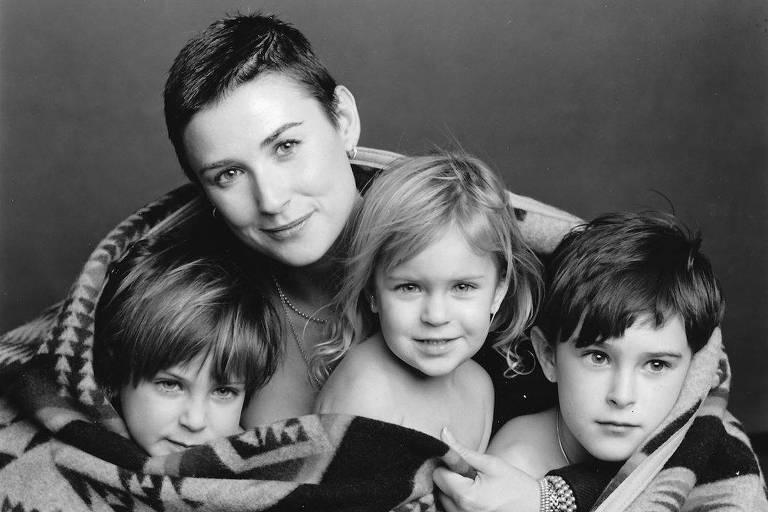 Demi Moore e as três filhas em foto que estará em seu livro de memórias