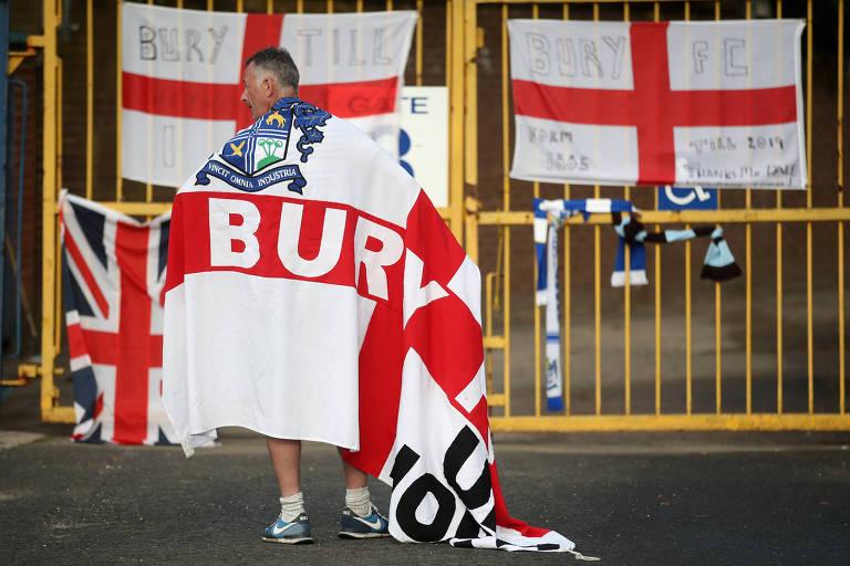 Torcedor com bandeira do clube nas costas
