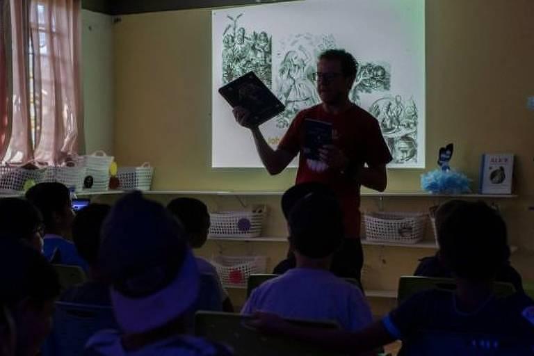 Professor dá aula em escola em Porto Alegre
