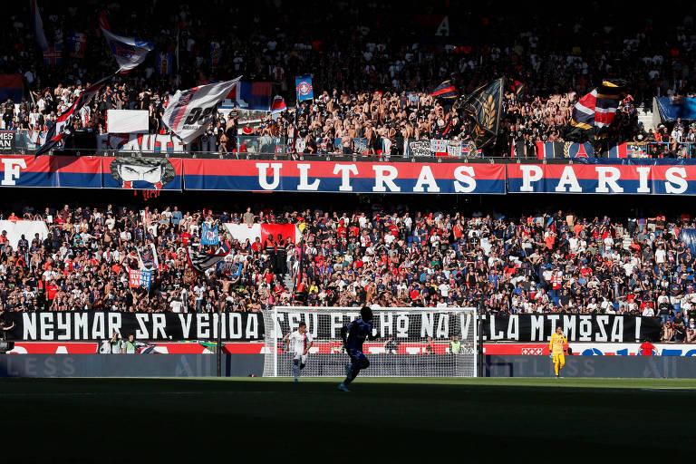 """""""Neymar Sr, venda seu filho na Vila Mimosa"""", diz faixa dos ultras do PSG exibida no último dia 14"""