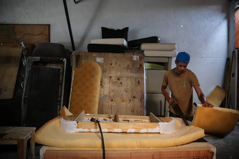 Sofás velhos viram estofados ecológicos e fonte de renda
