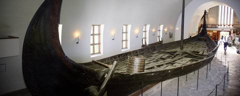 ORG XMIT: 561401_1.tif After exhuming the body of a Viking queen from the grass-covered Oseberg mound in the county of Vestfold in south Norway, experts were able !! September to study more closely the remains. Picture shows the Oseberg viking ship at the Viking Ship Museum in Oslo 11 September, 2007.