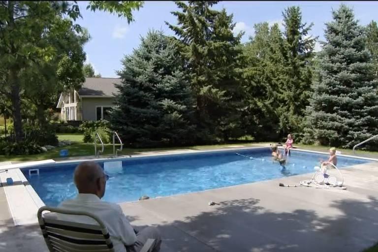 Juiz aposentado constrói piscina para os vizinhos contra a solidão