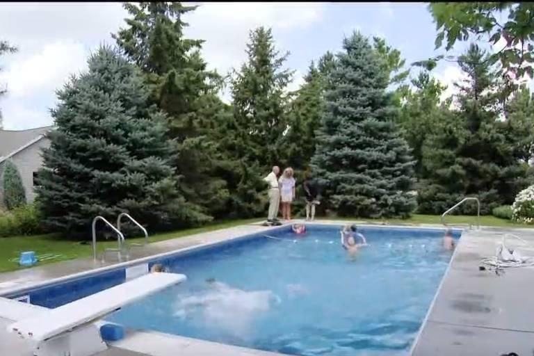 Contra a solidão, juiz aposentado constrói piscina para receber os vizinhos
