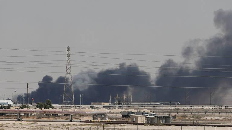 Fumaça se espalha após incêndio na instalação petrolífera da Aramco, em Abiqaiq, Arábia Saudita, atingida por ataque de drones.