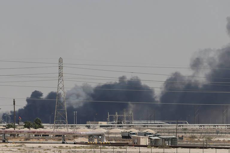 Fumaça se espalha após incêndio causado por ataque de drone a instalação petrolífera da Aramco em Abqaiq, Arábia Saudita.