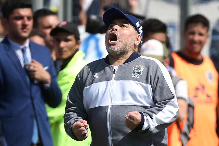 Diego Maradona com os punhos fechados ao lado do campo