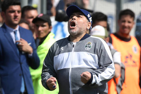 Soccer Football - Superliga - Gimnasia y Esgrima v Racing Club - Juan Carmelo Zedillo Stadium, La Plata, Argentina - September 15, 2019   Gimnasia y Esgrima coach Diego Maradona reacts during the match   REUTERS/Agustin Marcarian ORG XMIT: AIMEX