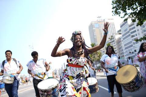 Rio de Janeiro, Rj, BRASIL. 15/09/2019;  pessoas fazem caminhada na orla de Copacabana na tarde deste domingo contra a intolerância religiosa ..   ( Foto: Ricardo Borges/Folhapress)
