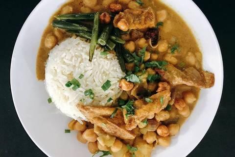 Curry de grão de bico com tofu do chef André Vieland - Folha Corrida