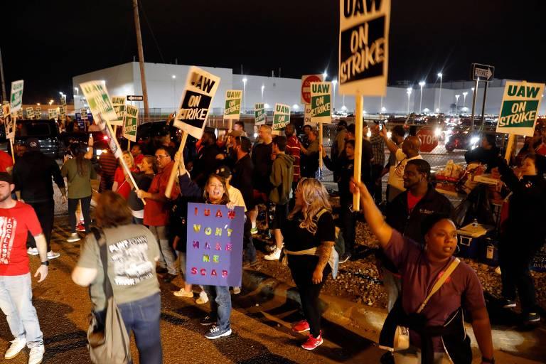Membros do UAW, empregados da planta de Flint, em Michigan, fazem protesto na manhã desta segunda-feira; a central sindical convou uma greve geral contra a GM