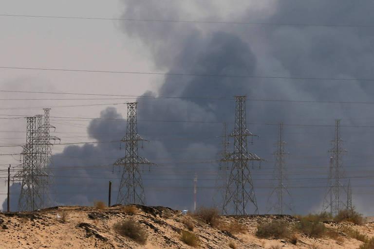 Fumaça na refinaria da Aramco no sábado (14)