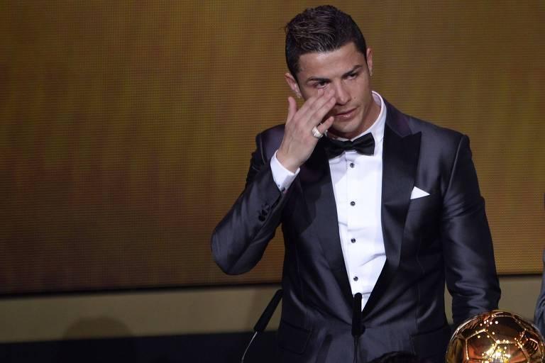 Cristiano Ronaldo chora em entrevista ao ver vídeo de seu pai