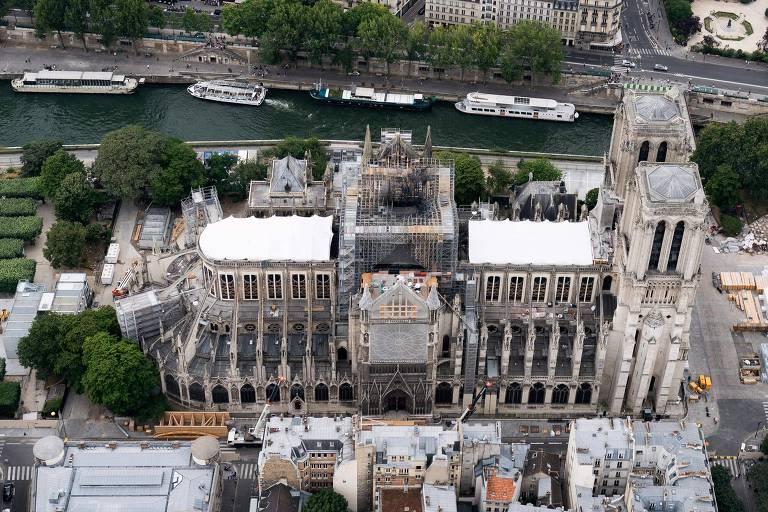 Notre-Dame em reconstrução após incêndio que consumiu parte da catedral, em abril