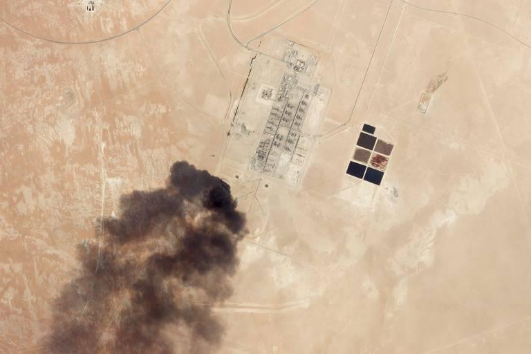 Imagem de satélite mostra nuvem de fumaça após ataque de drone contra instalação petrolífera de Abqaiq, na Arábia Saudita, no sábado (14)