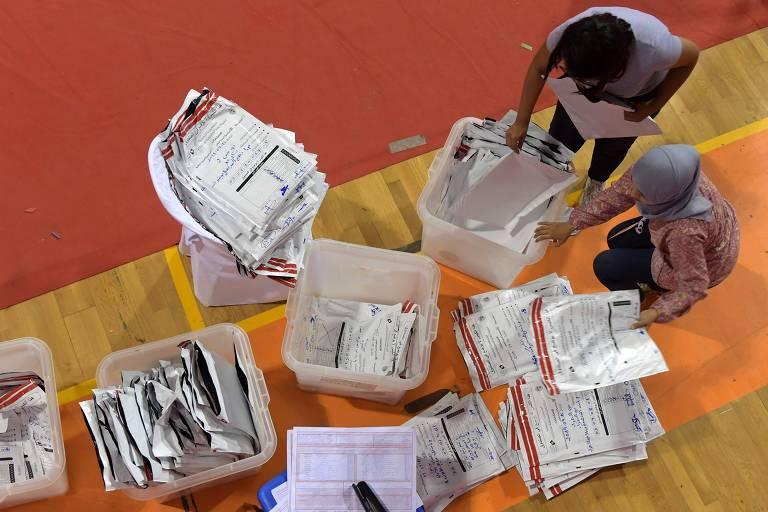 Membros do órgão responsável pelas eleições na Tunísia organizam votos em Ariana, ao norte de Tunis