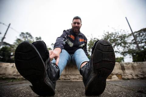 SAO PAULO/ SP, BRASIL, 02-09-2019: Morador de rua chamado Reger, que calça número 54 e está com problemas de coluna porque não tem sapatos.   (Foto: Zanone Fraissat/Folhapress, COTIDIANO)***EXCLUSIVO****