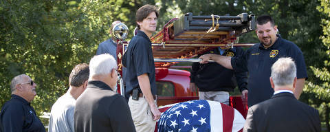 Joe Heller?s coffin is carried on the Essex Fire Department?s 1941 Mack firetruck that Heller helped restore, in Essex, Conn., Sept. 13, 2019. A humorous newspaper eulogy about Heller, a small-town Everyman who died at 82 on Sept. 8, 2019, has captured hearts from London to Pittsburgh and back. (Monica Jorge/The New York Times) ORG XMIT: XNYT49