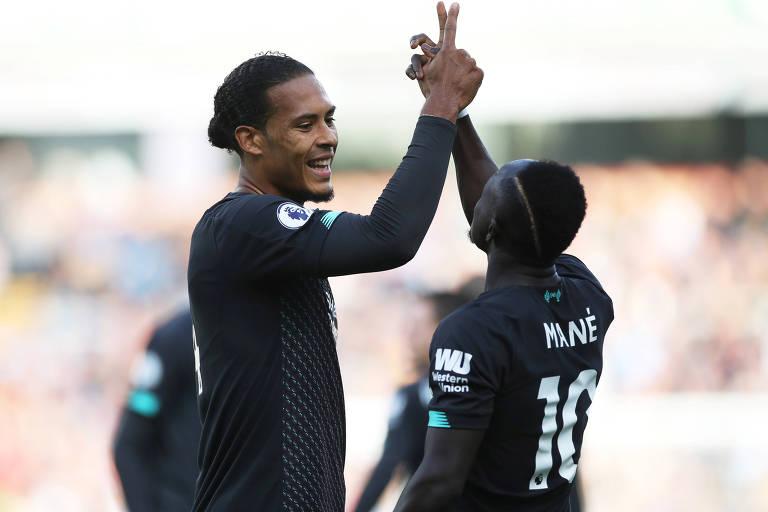 Van Dijk (à esq.) comemora gol marcado por Saido Mané em partida do Liverpool contra o Burnley