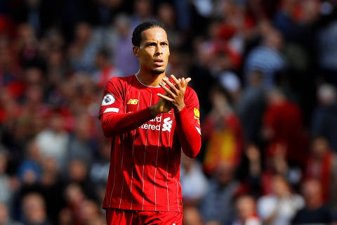 Soccer Football - Premier League - Liverpool v Newcastle United - Anfield, Liverpool, Britain - September 14, 2019  Liverpool's Virgil van Dijk applauds the fans after the match  REUTERS/Phil Noble  EDITORIAL USE ONLY. No use with unauthorized audio, video, data, fixture lists, club/league logos or