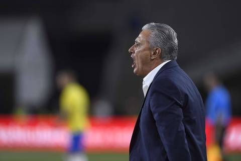 LOS ANGELES, CALIFORNIA - SEPTEMBER 10: Brazil head coach Adenor Bacchi - Tite yells from the sideline in the 2019 International Champions Cup match against Peru on September 10, 2019 in Los Angeles, California.   Kevork Djansezian/Getty Images/AFP == FOR NEWSPAPERS, INTERNET, TELCOS & TELEVISION USE ONLY ==