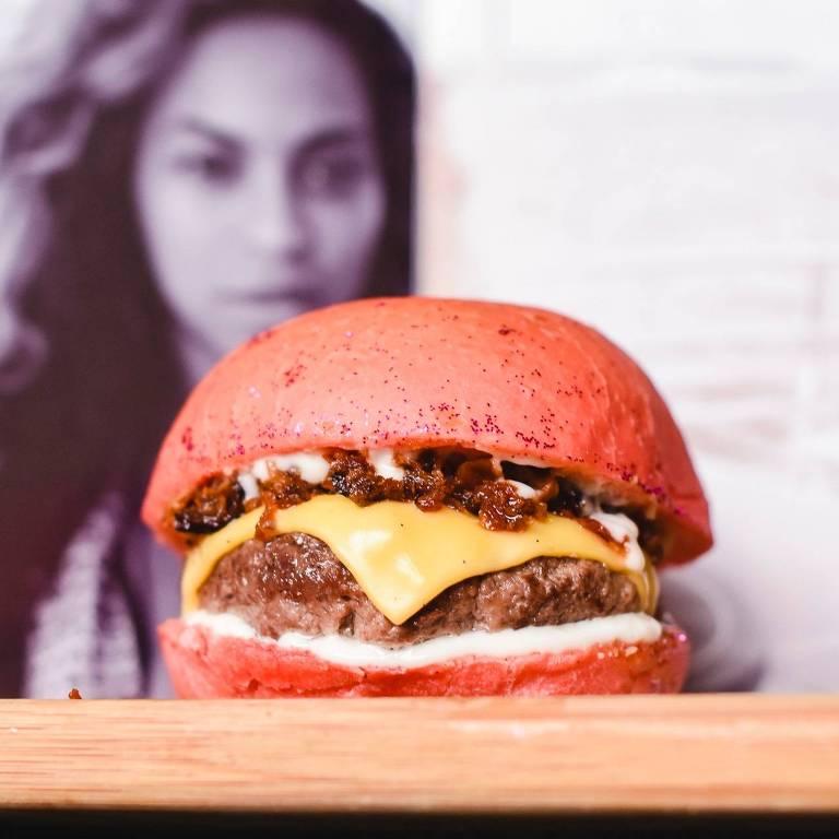"""Na Burgay, Beyoncé inspira um sanduíche com bacon, o Bey.con Lemonade: burger de 150g com crispy bacon, """"all the single queijo"""" (uma fatia de queijo prato) e maionese de limão-siciliano"""