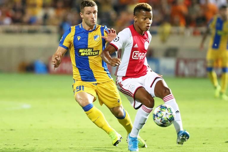 O atacante David Neres (à dir.) recebe marcação de Dragan Mihajlovic, no Chipre, na partida entre Ajax e Apoel, no último mata-mata pré-grupos da Liga