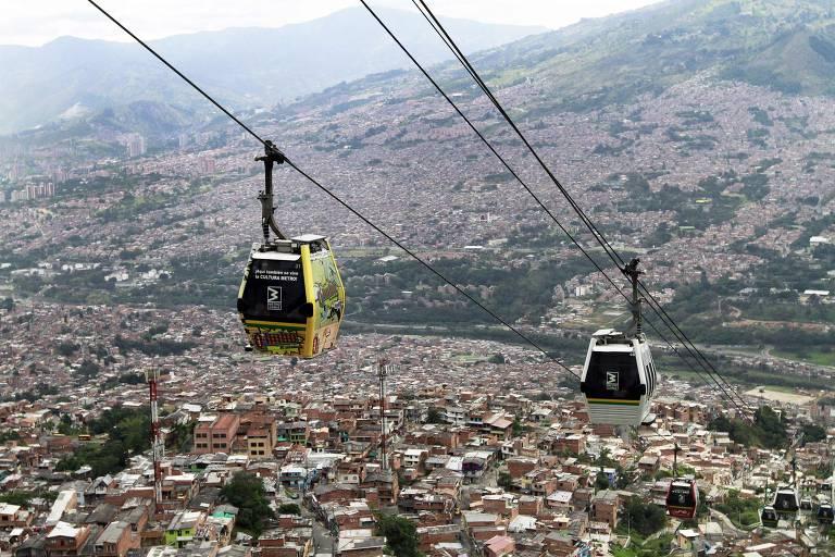 O Metrocable, sistema de teleféricos implantado para transporte público em Medellín, facilitou o acesso a comunidades de acesso distante; mobilidade foi espinha dorsal das mudança na cidade colombiana