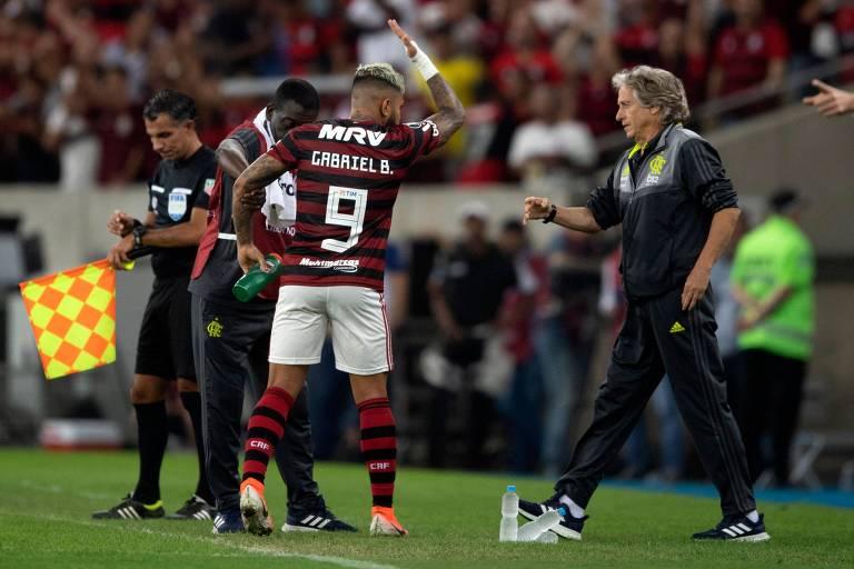Jorge Jesus cumprimenta Gabigol em partida do Flamengo; o mérito do técnico português é colocar todo mundo para jogar todos os jogos