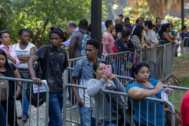 Centenas de trabalhadores buscam emprego em mutirão