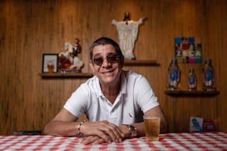 O cantor Zeca Pagodinho no bar que ele abriu há um ano na Barra da Tijuca, no Rio