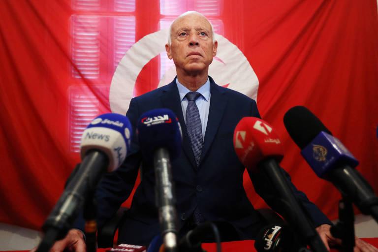 O candidato à Presidência da Tunísia Kais Saied durante pronunciamento após anúncio dos resultados do primeiro turno