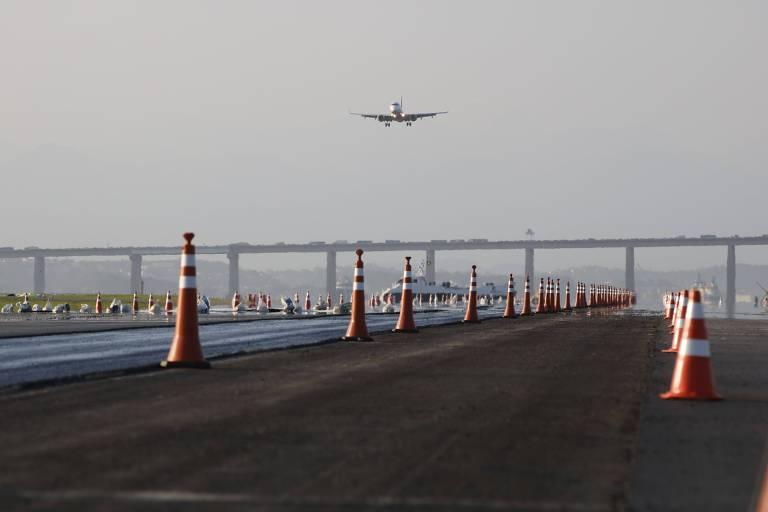 Avião decolando no aeroporto Santos Dumont