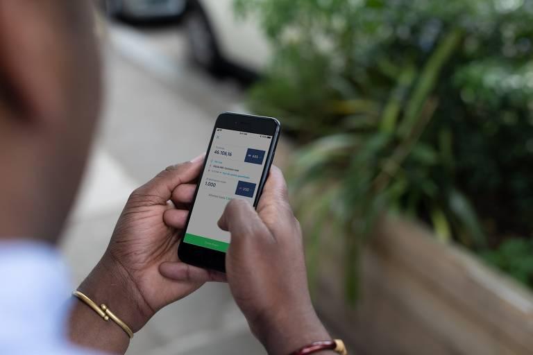Cliente faz transferência monetária pelo aplicativo; fintech é avaliada em US$ 3,5 bilhões