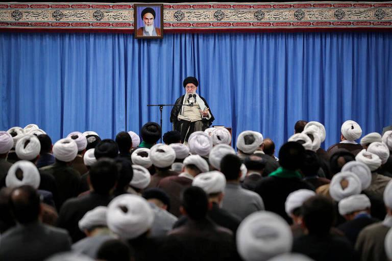 O líder supremo do Irã, o aiatolá Ali Khamenei, discursa para um grupo de acadêmicos e estudantes em Teerã