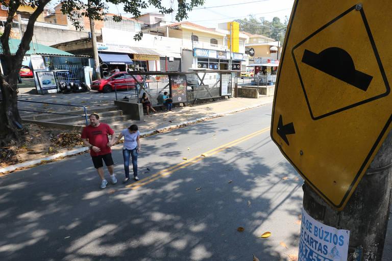 Moradores pedem volta de lombada em avenida da zona oeste