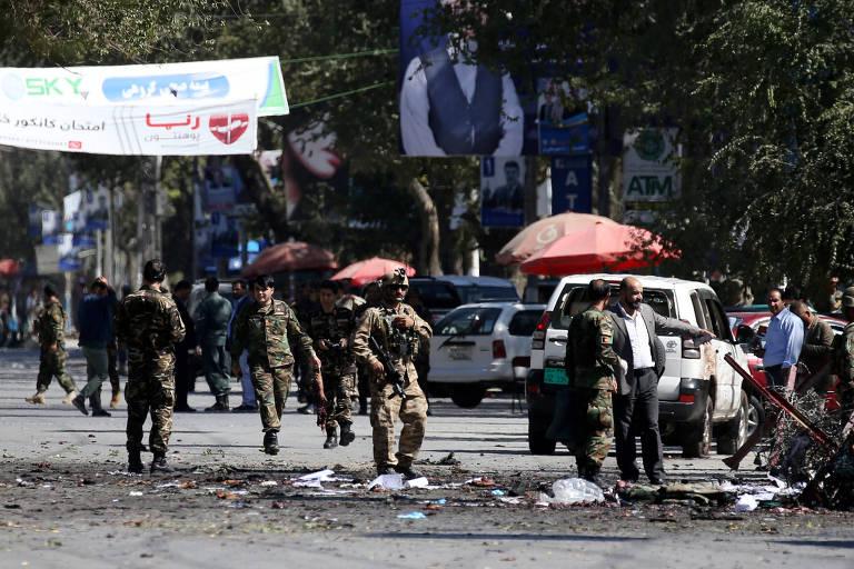 Forças de segurança afegãs removem partes de corpos de vítimas de ataque em Cabul