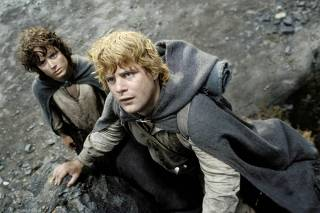 ACTORS ELIJAH WOOD AND SEAN ASTIN IN SCENE FROM THE LORD OF THE RINGS THE RETURN OF THE KING
