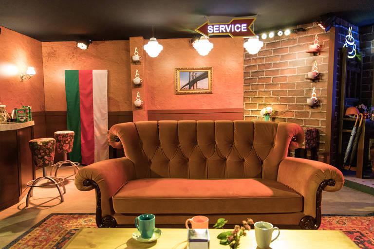 """Réplica do famoso sofá de """"Friends"""" em exposição na Casa Warner, em São Paulo"""
