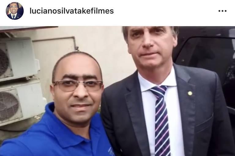 O ex-assistente de câmera Luciano Silva de Souza e o então candidato Jair Bolsonaro, em 2018