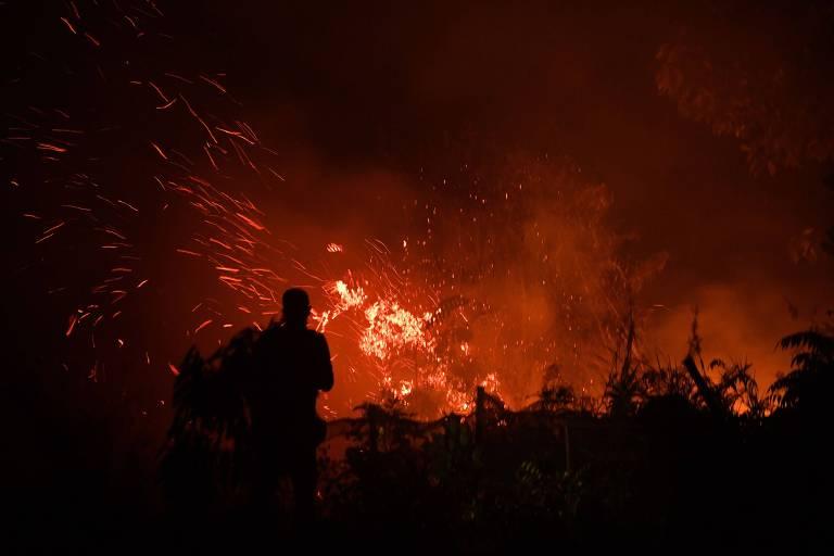 Fogo em área agrícola em Kampar, na ilha de Sumatra em 16 de setembro